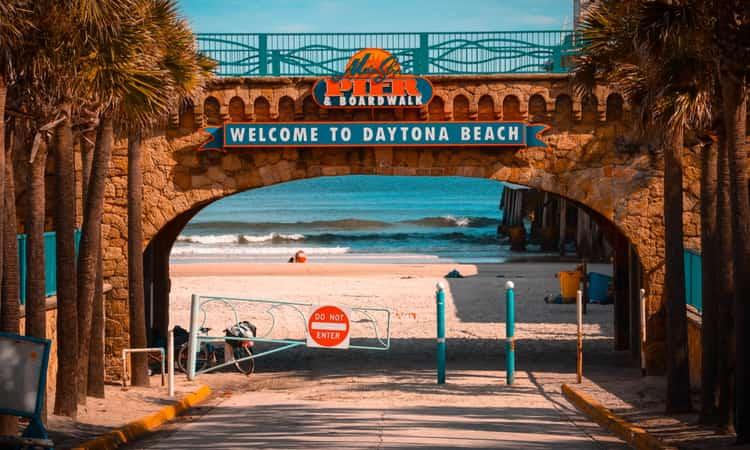 The entrance to the Daytona Beach Pier